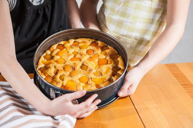 Kuhajmo z otroki: rahel jogurtov kolač s sadjem
