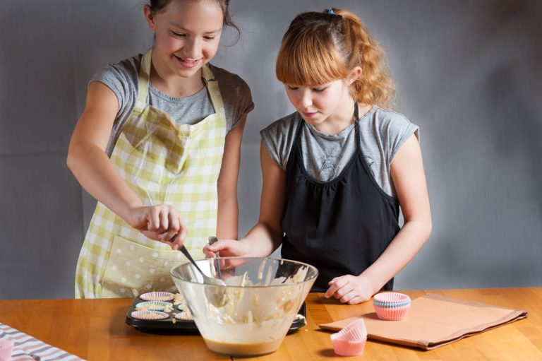 Kuhajmo z otroki: kefirjevi jabolčni mafini