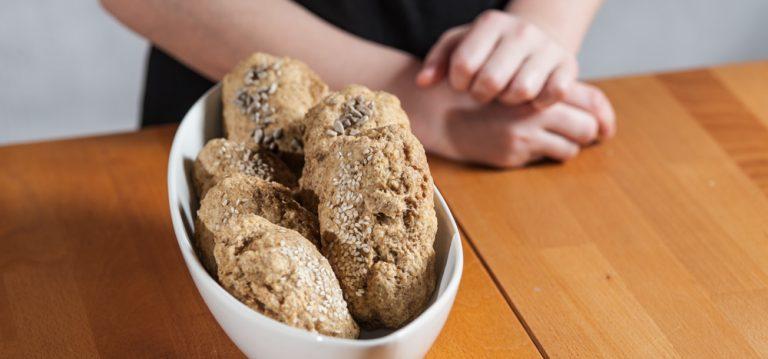 Kuhajmo z otroki: polnozrnate slane skutine štručke
